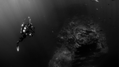 Taucher sucht in der Tiefe nach Anker